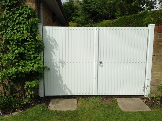 Merveilleux Fensys UPVC Plastic Double Gates In White With Flat Top